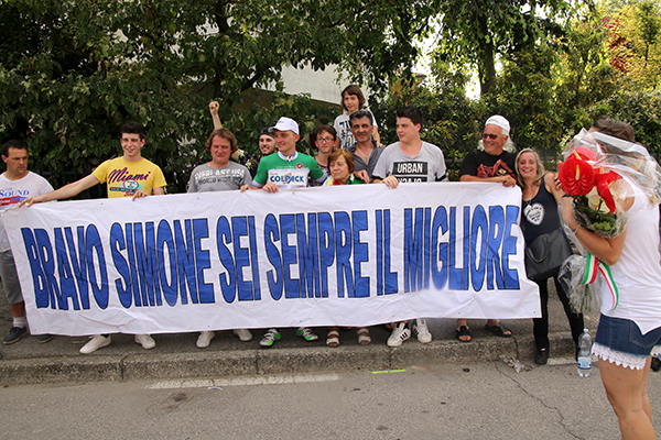 Striscione inneggiante a Simone Consonni (Foto Kia)