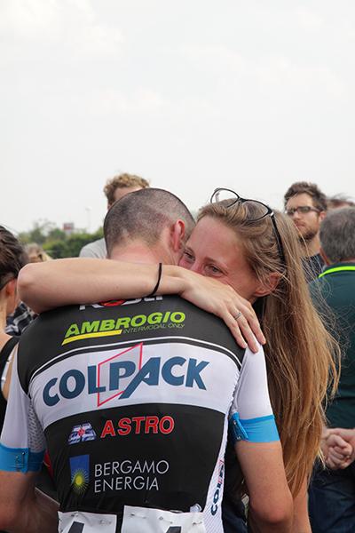 L'abbraccio tra Orrico e la fidanzata (Foto Kia)