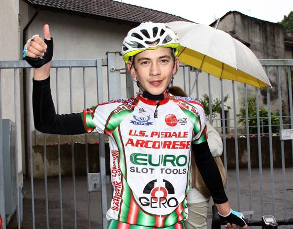 Giacomo Villa esulta dopo l'arrivo (Photoberry)