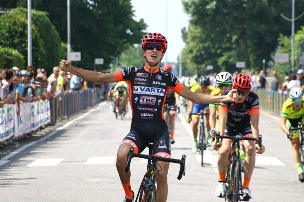 Stefano Oldani a braccia aperte sul traguardo di Osio Sotto (Foto Berry)