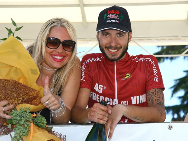 Raffaello Bonusi con una bionda sul palco premiazioni (Foto Kia)