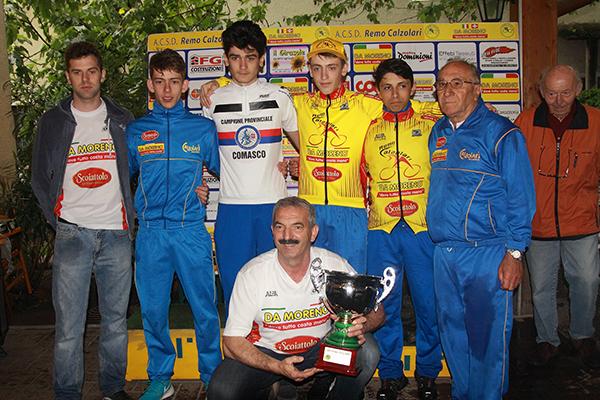 Premiazione squadra Calzolari-Da Moreno col neo campione prov Comasco Davide Aldegheri (Foto Kia)