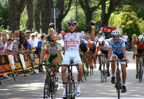 Andrea Piccolo vince in volata a Gornate Olona (Foto Berry)