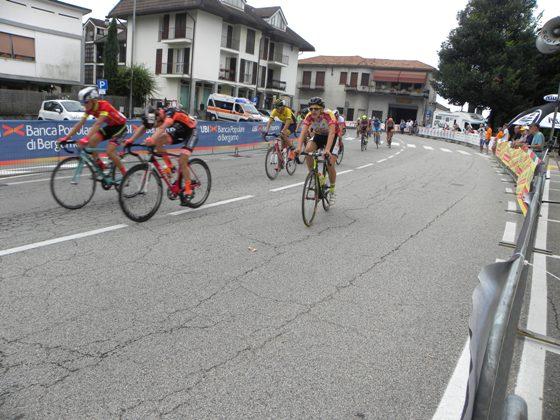 Gruppo conclude corsa di Taino (Foto Nastasi)