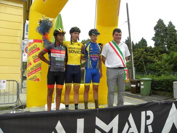 da sx, Sekkak, Vergani e Arioli, podio Piccola Coppa Nazioni con sindaco Taino Stefano Ghiringhelli (Foto Nastasi)