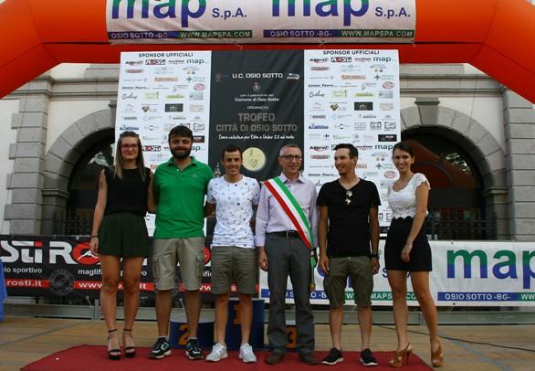 Sindaco di Osio Sotto con Luca Chirico, la miss Flavia Belingheri  ed altri ospiti (Foto Berry)