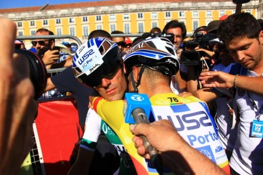 Abbraccio tra Veloso e Vinhas (Foto JC Faucher)