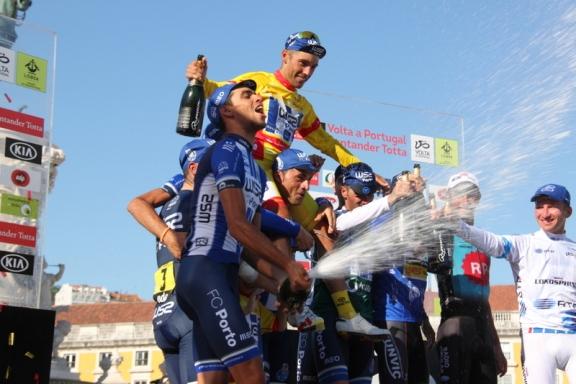 Rui Vinhas portato in trionfo dai suoi stessi soldati (Foto JC Faucher)