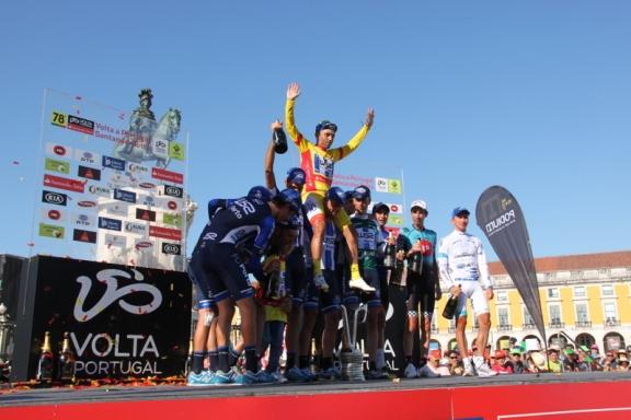 Rui Vinhas portato in trionfo dai compagni del Team W52 (Foto Jean Claude Faucher)