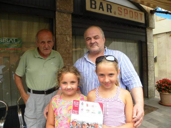 Titolare Bar Sport con le sue nipotine Flavia ed Alessia e l'Organizzatore Giuseppe Bellosta (Foto Nastasi)