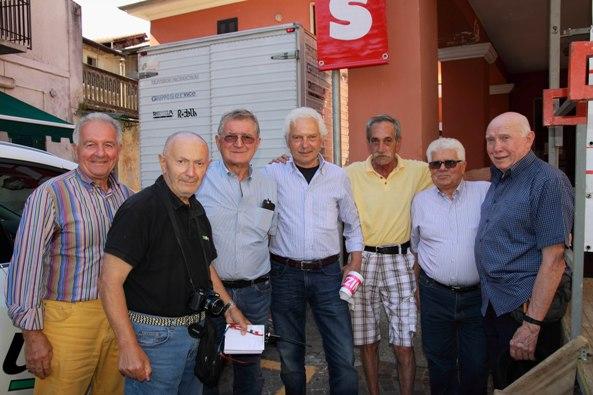 """Mario Androni con Gianni Savio, l'ex Pippo Fallarini, l'organizzatore del """"Val D'Aosta"""" Vasco Sarto e altri al 33° Trofeo Sportivi Briga (Foto Kia Castelli)"""