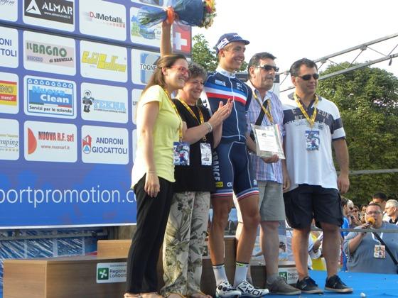 Benoit Cosnefroy premia vincitore GPM (Foto Nastasi)