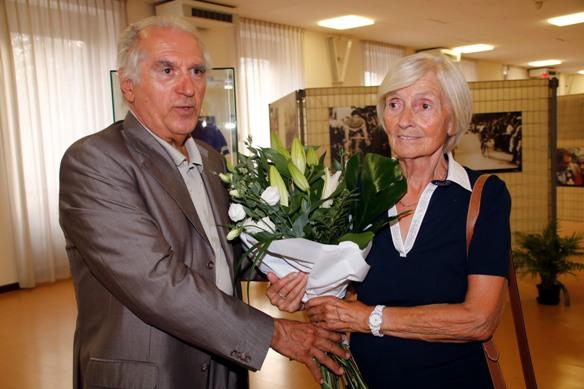 Omaggio floreale alla vicepresidente Lina Joppi (Foto Mosna Natascia G.)
