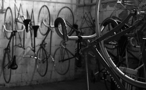 Bici e pezzi di ricambio nei magazzini del Velodromo milanese (Foto Di Fabrizio Delmati) (Foto Fabrizio Delmati)