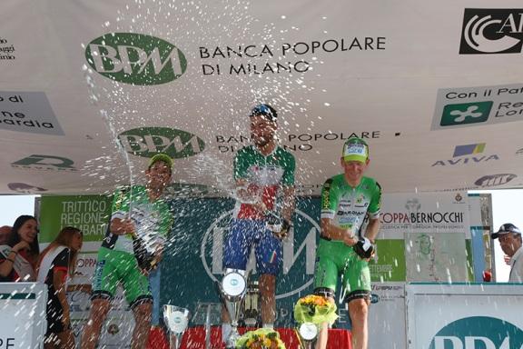 Il podio brinda a Legnano (Foto Pisoni)