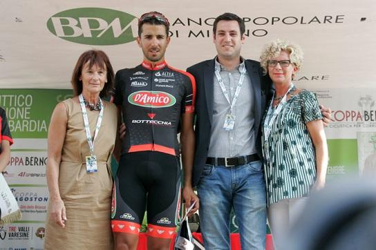Fabio Chinello premiato per la vittoria nel TV dedicato a Libero Ferrario (Foto Pisoni)