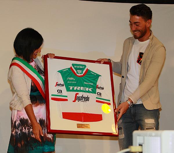 Giacomo Nizzolo offre al Comune di Muggiò la Maglia Biancorossoverde di Campione d'Italia (Foto Kia)