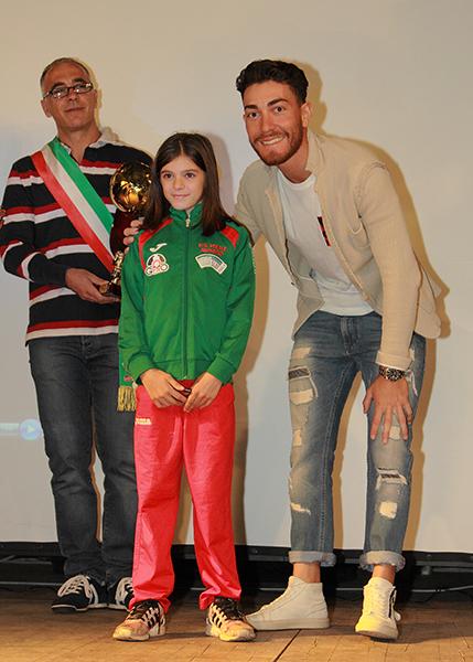 Giacomo Nizzolo col vicesindaco di Muggiò, premiano un'atleta categoria Giovanissimi (Foto Kia)