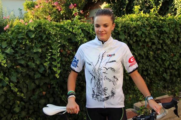 Chiara Melissa Piccolo, vicecampionessa Italiana cronosquadre allieve e miss della corsa, presenta la maglia simbolo del leader Challange Terre dei Risi (Foto Pisoni)