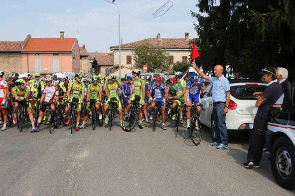 Marino Vigna dà il via al 96° Circuito Alzanese (Foto Pisoni)