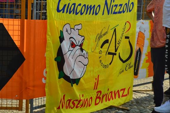 Fans Club Giacomo Nizzolo sempre presente con le sue bandiere (Foto Claudio Mollero)