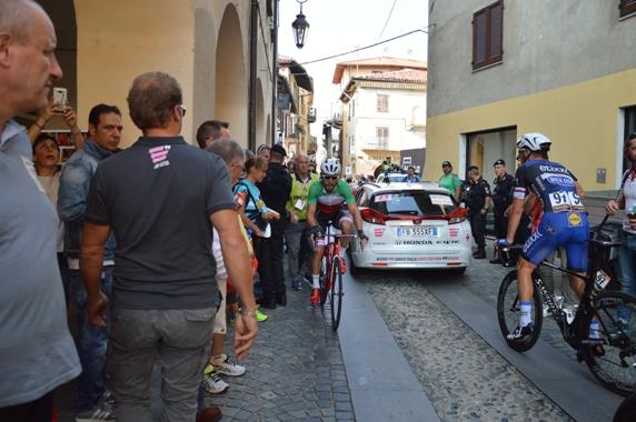 Nizzolo torna verso il traguardo accompagnato da Nando Piazza (Foto Claudio Mollero)