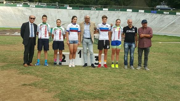 Foto di gruppo dei neo campioni regionali su pista Lazio e Umbria