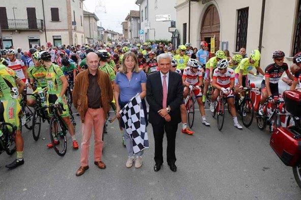 Da sx, il Presidente della Challange, Ferrari, la Sindaca di Molino e il Senatore Balduzzzi prima del via (Foto Pisoni)