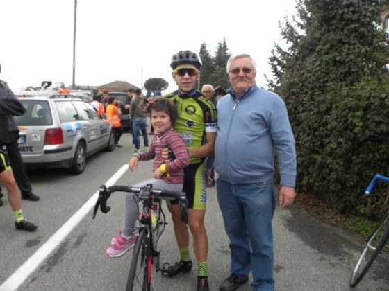 Presidente BC 2000 Borgomanero, Secondo Briolotti, il vincitore della gara, Andrea Sulis con la sorellina (Foto Nastasi)