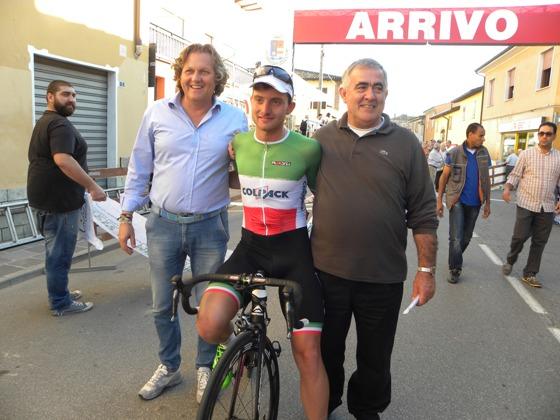 Simone Consonni, sua vittoria a Calvatone qui con Corrado Lodi, Conf Naz FCI e Fausto Armanini (Foto Nastasi)