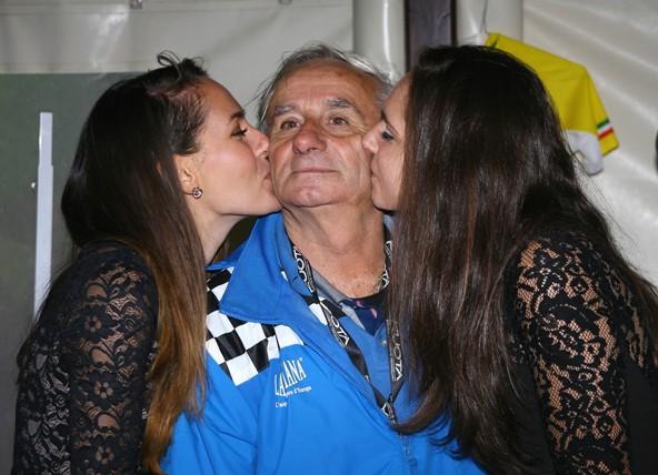 Il Direttore di Corsa, Franco Bettoni, riceve il bacio dell'ultima corsa quale direttore di corsa dopo 40 anni per Franco Bettoni (Foto Berry)