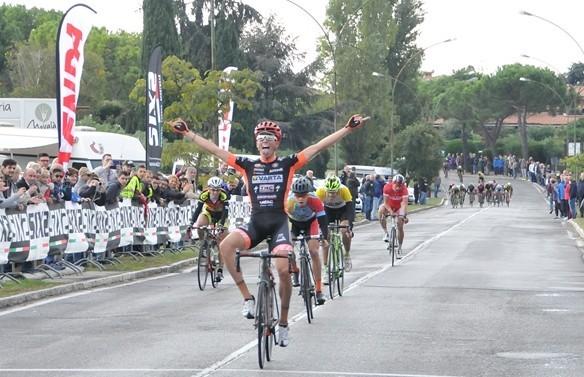 Gabriele Moreni vince a Sirmione il 6 Trofeo Danilo Fusaro (Foto Fabrizio Possenti)
