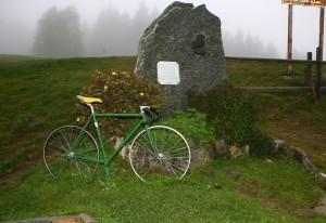 """Monumento che segna la fine del mitico e durissimo """"Muro di Sormano"""" con pendenze anche del 25% (Foto Berry)"""