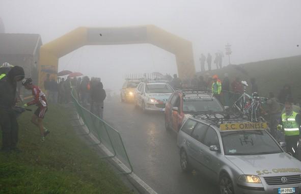 La Colma di Sormano avvolta dalla nebbia attende l'arrivo delle gare della 53° Giornata della Bicicletta (Berry)