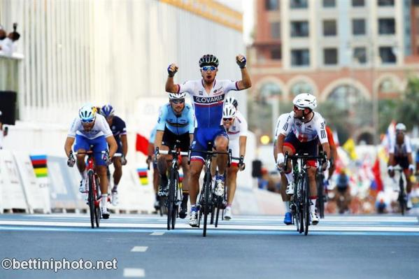 Peter Sagan vince in volata a Doha (Bettiniphoto.net)