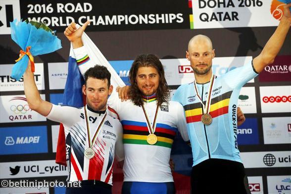 da sx, Cavendish, Sagan e Boonen, podio iridato professionisti Doha (Bettiniphoto.net)