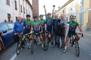 Corridori Viris dopo l'arrivo col sindaco di Alzano Guagnini e il suo vice Cisi (Foto Pisoni)