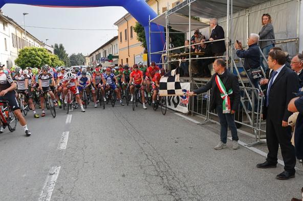 Sindaco Roberto Scalabrin si appresta a dare il via alla corsa (Foto Pisoni)