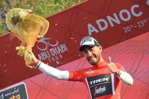 Giacomo Nizzolo sul podio in maglia rossa vincitore di tappa