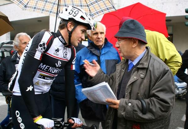 Bernardi intervista il vincitore Mathias Reutimann con al centro il Team Manager Manaresi (Foto Berry)