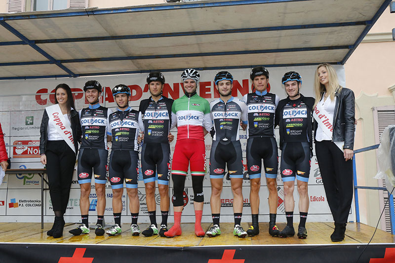 Team Colpack col Tricolore Orrico al foglio firma (Foto Piso)