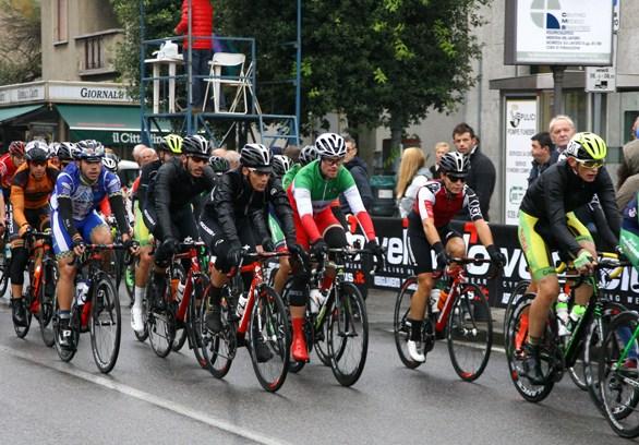 Passaggio del gruppo col Tricolore Elite, Davide Orrico (Foto Berry)