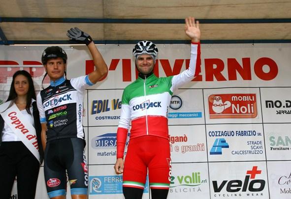 Il Campione d'Italia categoria Elite, Davide Orrico, saluta il pubblico di Biassono e, idealmente, tutti i tifosi del ciclismo (Foto Berry)