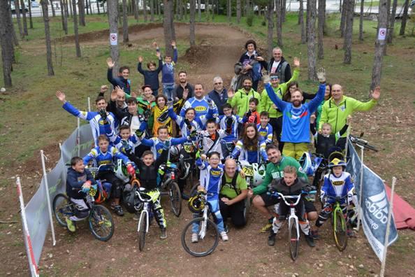 """Giovani ciclisti praticanti la specialità della """"BMX"""""""