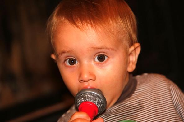 Matteo col microfono pronto ad imparare il mestiere da Sandro Brambilla (Foto Antonio Pisoni)