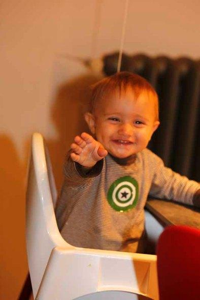 Matteo sorridente sul seggiolone (Foto Pisoni)