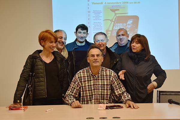 A destra, l'Assessore all'Istruzione Natalina Drogo, al centro l'Autore del libro I Diavoli di Bartali, Marco Pastonesi (Foto Kia Castelli)