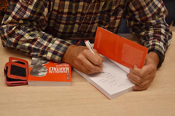 Pastonesi autografa una copia del suo libro I Diavoli di Bartali (Foto Kia Castelli)