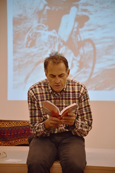 Marco Pastonesi legge una pagina de I Diavoli di Bartali (Foto di Kia Castelli)