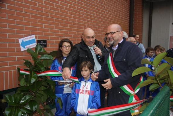 Il sindaco Michele Cattaneo taglia il nastro Tricolore, la nuova sede è ufficialmente aperta (Foto di Emanuele Ferrato)